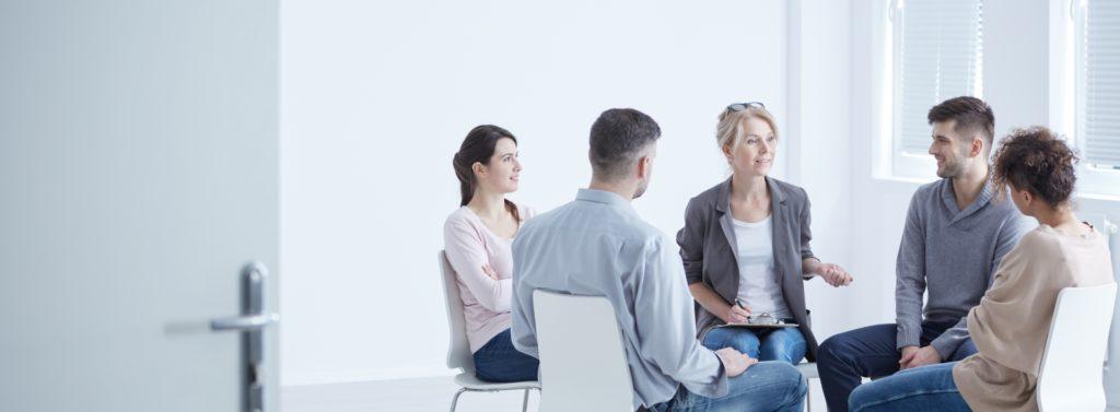 מטופלים במהלך טיפול קבוצתי אצל מטפל