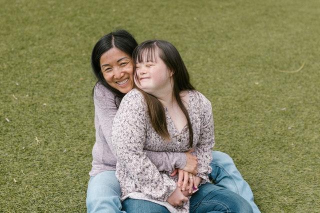 ילדה עם אוטיזם ואמא שלה