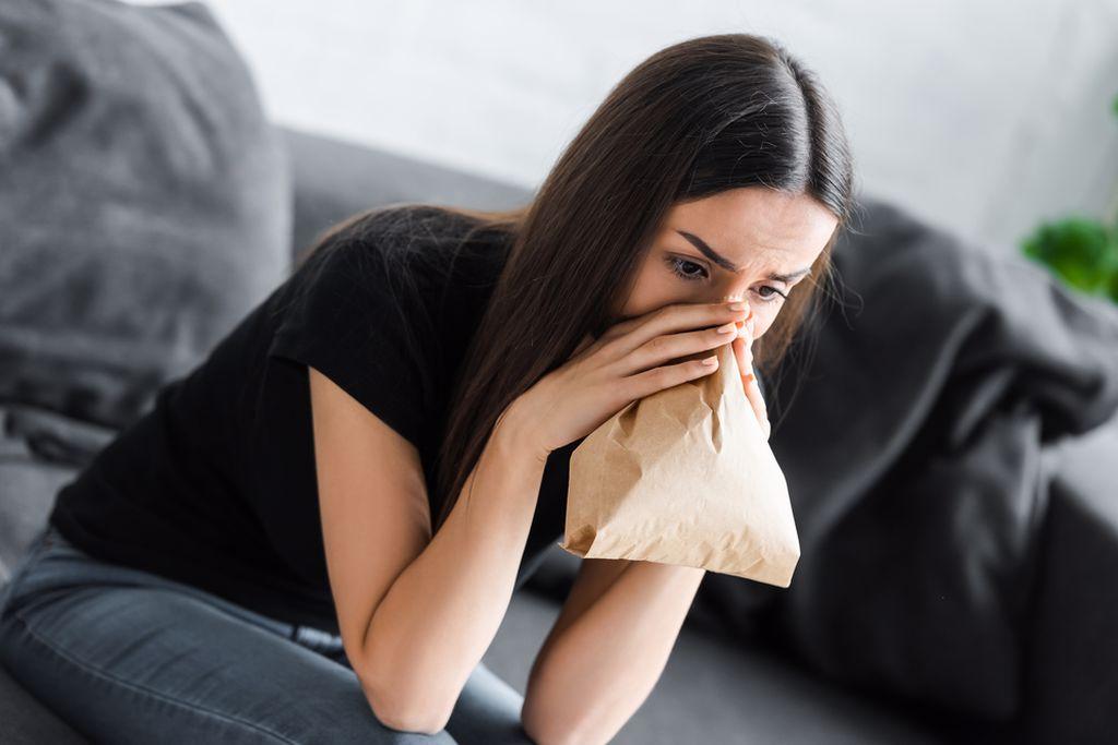אישה בהתקף חרדה