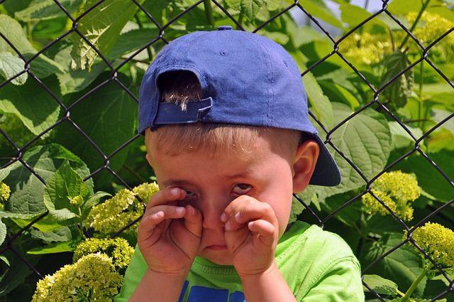 ילד בוכה בגלל חרדה חברתית