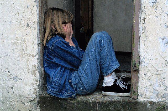 ילדה עם חרדה חברתית